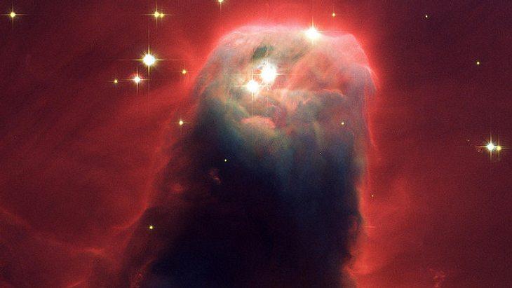 Die Strahlung von heißen Sternen am oberen Bildrand beleuchtet diese riesige, gasförmige Säule.