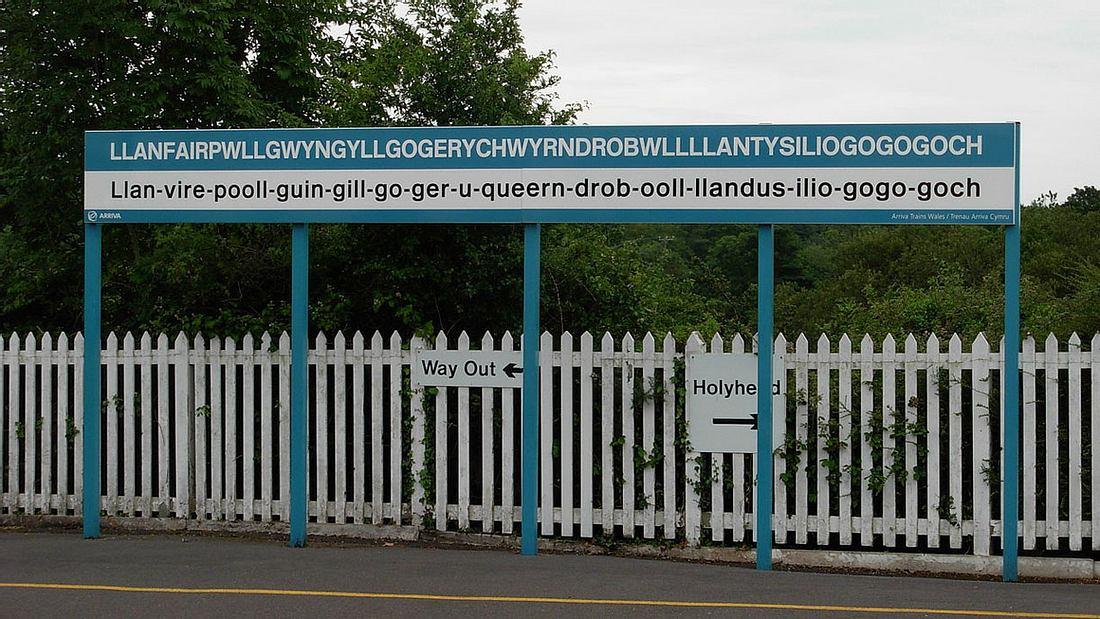 Bahnhofsschild von Llanfairpwllgwyngyllgogerychwyrndrobwllllantysiliogogogoch