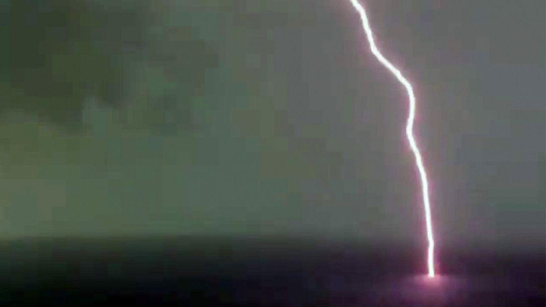 Shaho Casado filmt, wie ein gigantischer Blitzschlag das Meer vor Kuba trifft