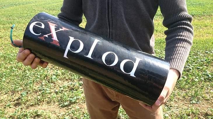 2-Kilo-Böller: Ein Mann zündet einen Polenböller des Typs Explod 2015