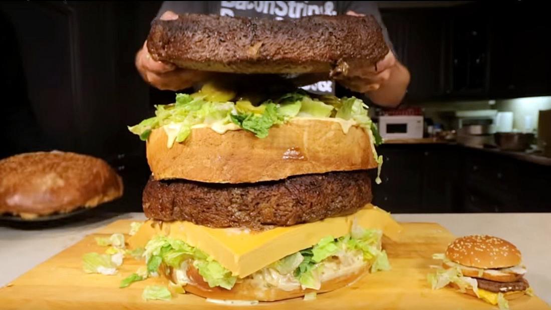 Die YouTuber von Epic Meal Time haben einen 45-Kilogramm-Big-Mac kreiert