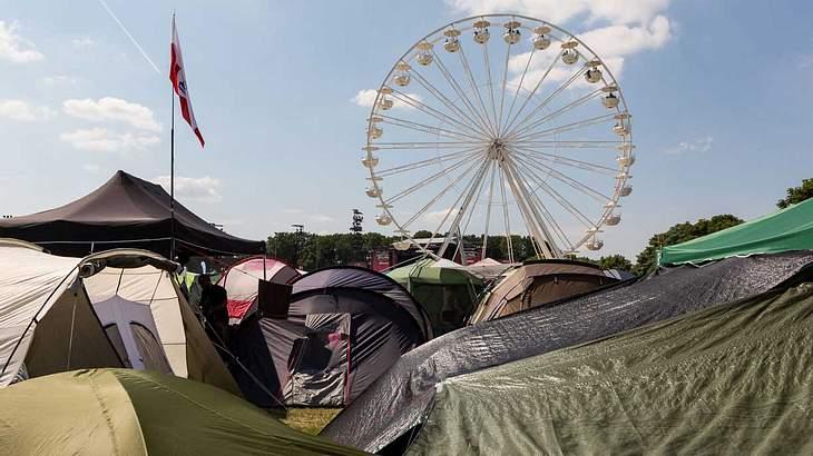 Ein Riesenrad überthront das Festivalgelände von Rock im Park