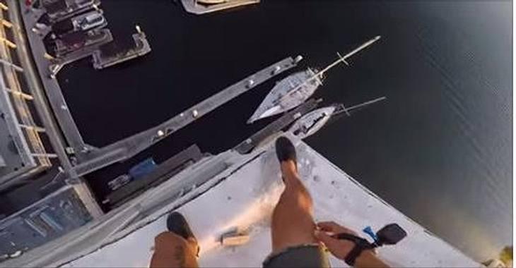 YouTuber 8booth ist von einem Gebäude in Newport Beach gesprungen