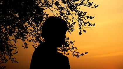 Junge im Schattenriss - Foto: iStock/Doucefleur