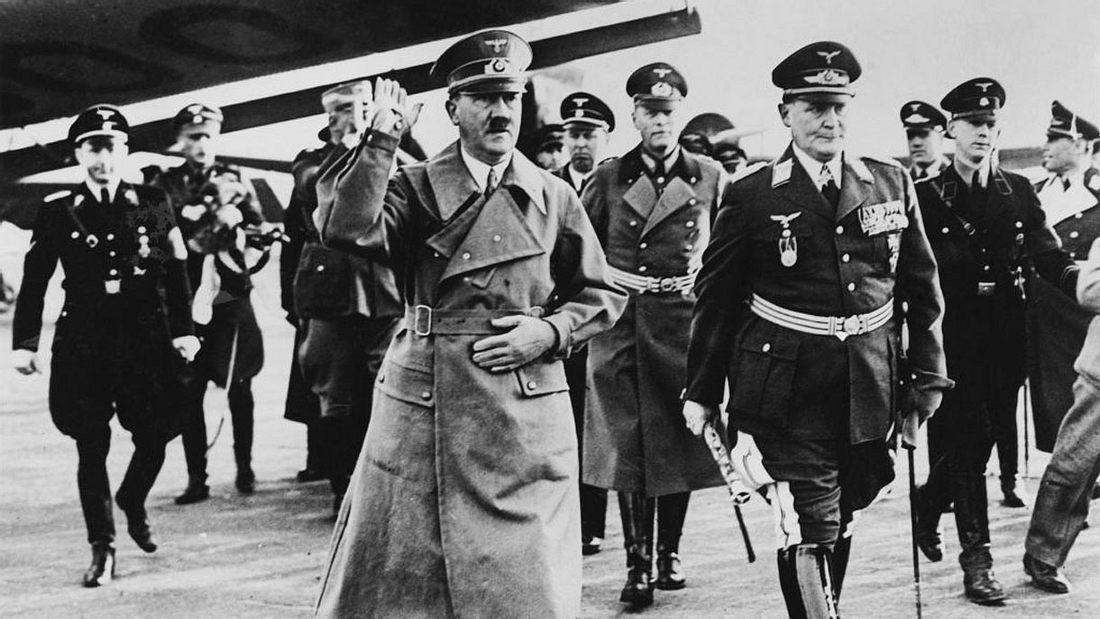 Adolf Hitler (l.) und Herman Goering