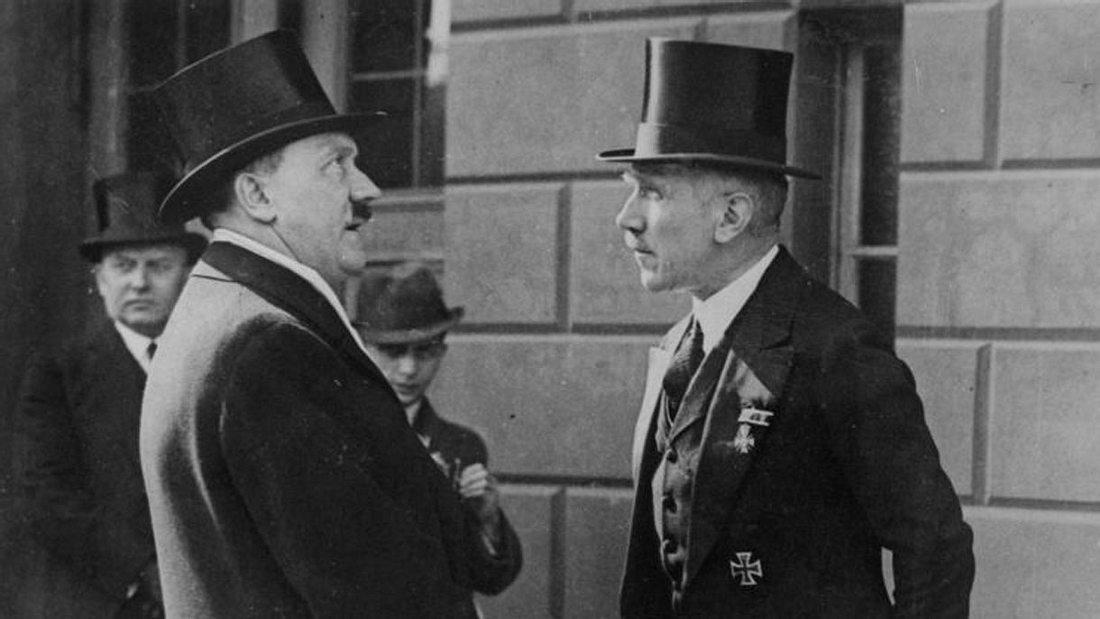 Franz von Papen (rechts) mit Adolf Hitler, März 1933