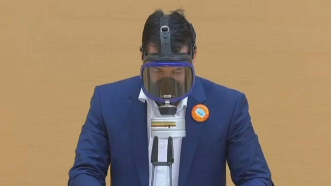 AfD-Abgeordneter mit Gasmaske