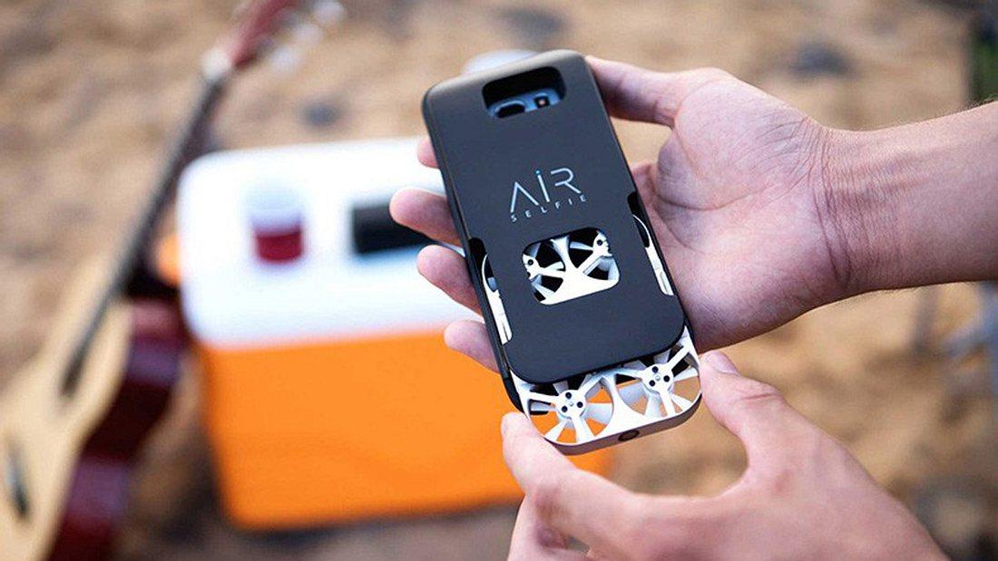 Die Mikro-Drone lässt sich in einem Phonecase aufladen