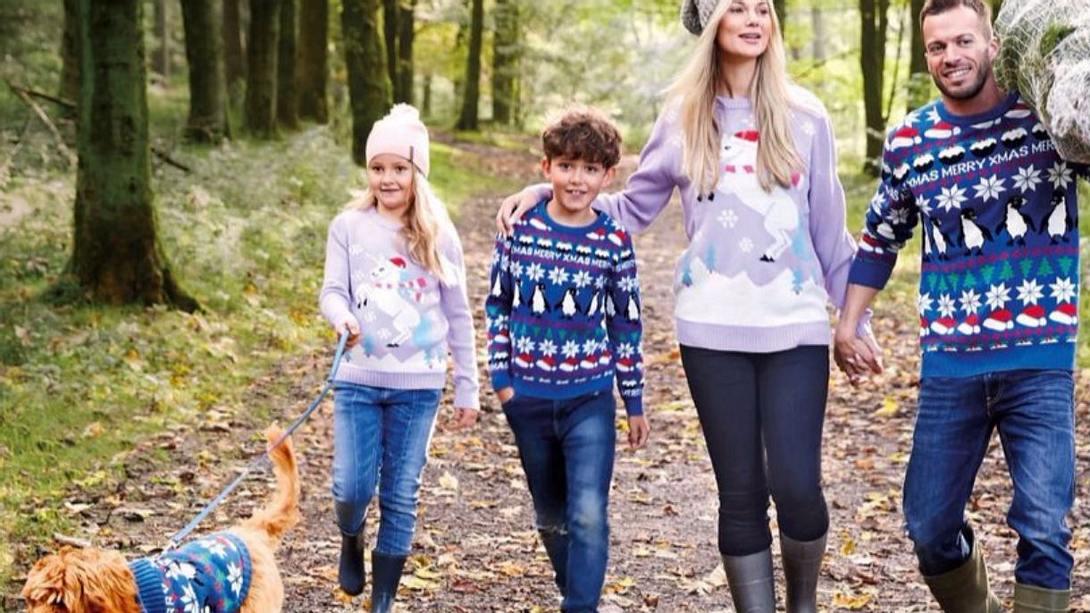 Aldi bietet Weihnachtspullis für dich und dein Haustier - Foto: LADbible