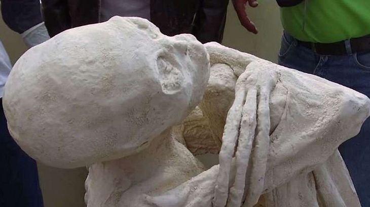 Forscher wollen nahe den Nazca-Linien in Peru eine Alien-Mumie entdeckt haben