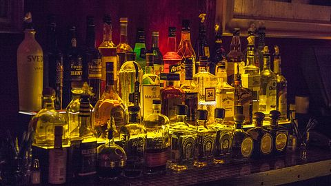Studie belegt: Alkohol trinken macht glücklich - Foto: iStock/Krakozawr