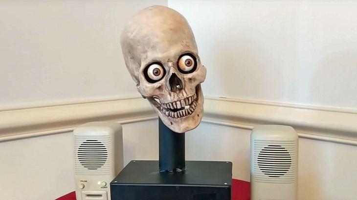 Amazons Sprachassistent Alexa als Totenkopf