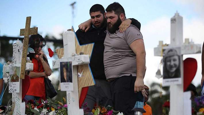 Schüler trauern nach dem Amoklauf - Foto: Getty Images / Joe Raedle