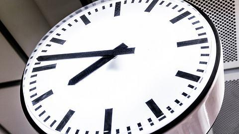 Warum an Schulen jetzt alle analoge Uhren entfernt werden