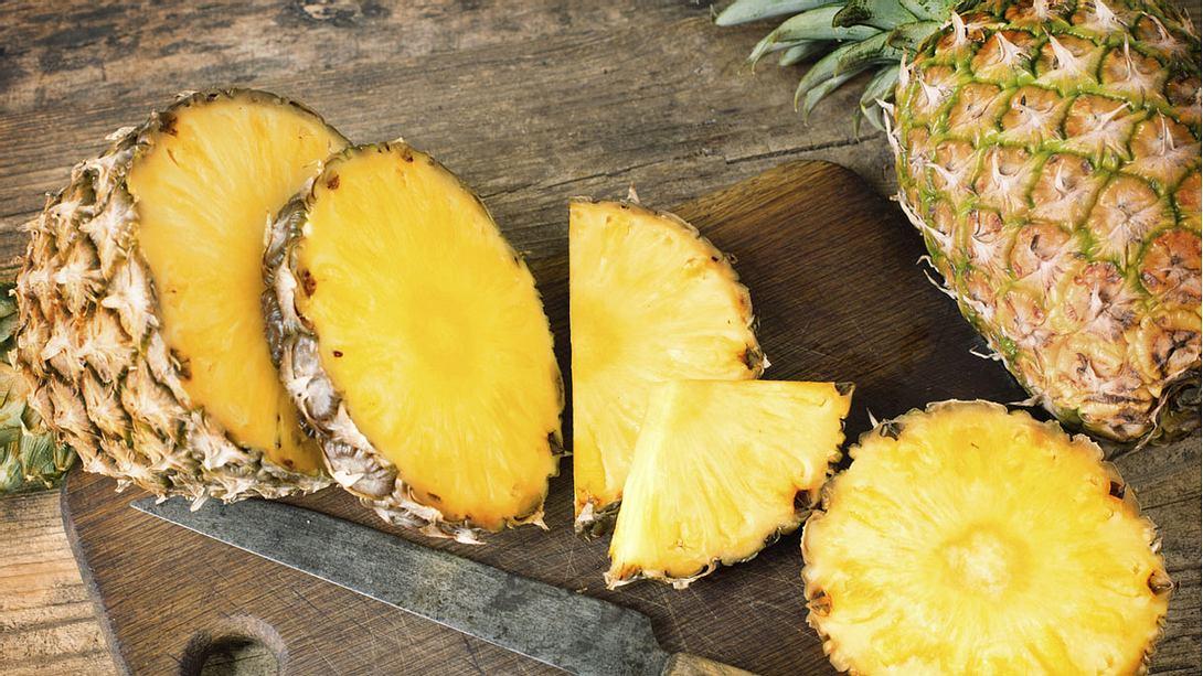 Wie schält man Ananas richtig? - Foto: istock / Oleksii Polishchuk