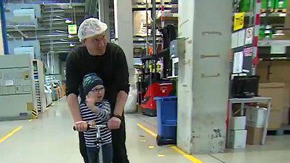 Kollegen spenden 3.300 Überstunden für Vater von krebskrankem Kind