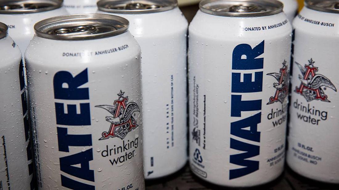 Tolle Aktion: Brauereikonzern füllt Trinkwasser in Bierdosen und schickt sie zu Hurrikan-Opfern