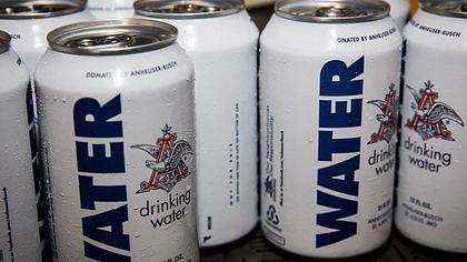 Für Hurrikan-Opfer: Brauerei füllt Wasser in Bierdosen