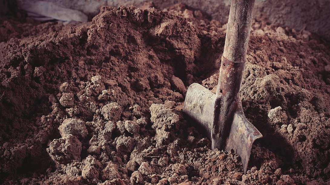 Schaufel im Sand - Foto: iStock / photo_world