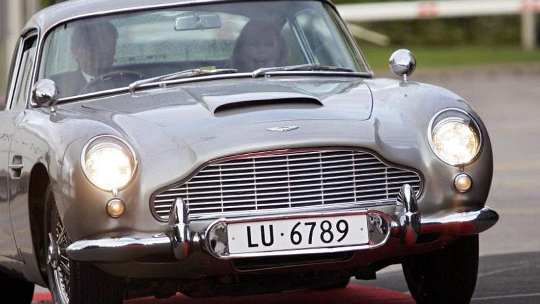 Das ehemalige Bond-Girl Ursula Andress am Steuer eines Aston Martin DB5