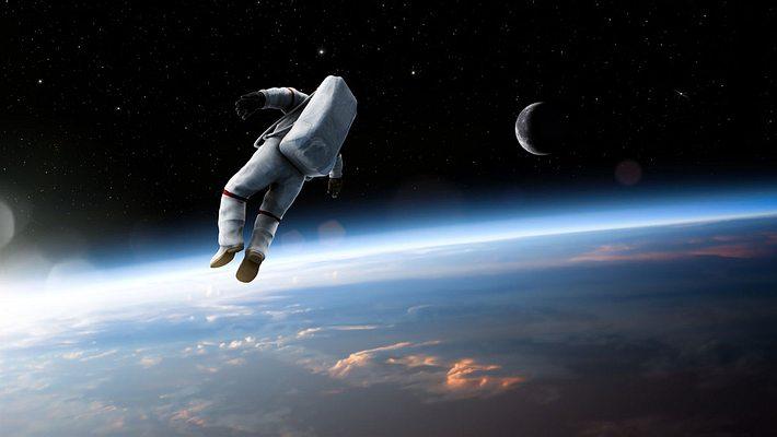 Astronaut schwebt im All - Foto: iStock / peepo