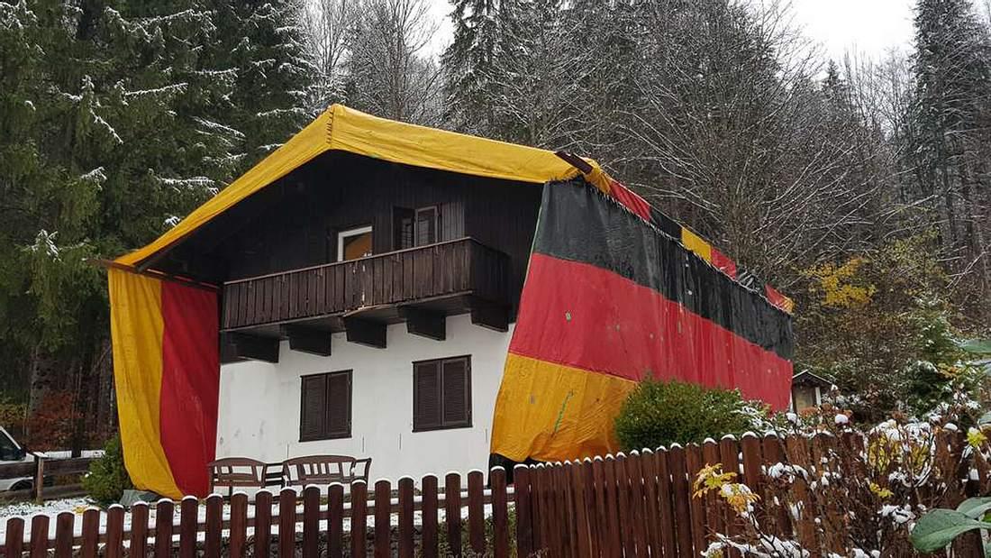 Schädlingsbekämpfung: Asylunterkunft im bayrischen Kreuth wird unter Deutschlandflagge begast