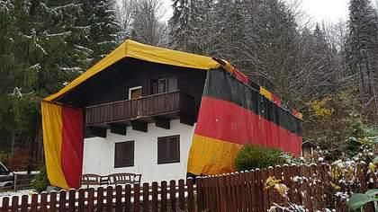 Schädlingsbekämpfung: Asylunterkunft im bayrischen Kreuth wird unter Deutschlandflagge begast - Foto: tz