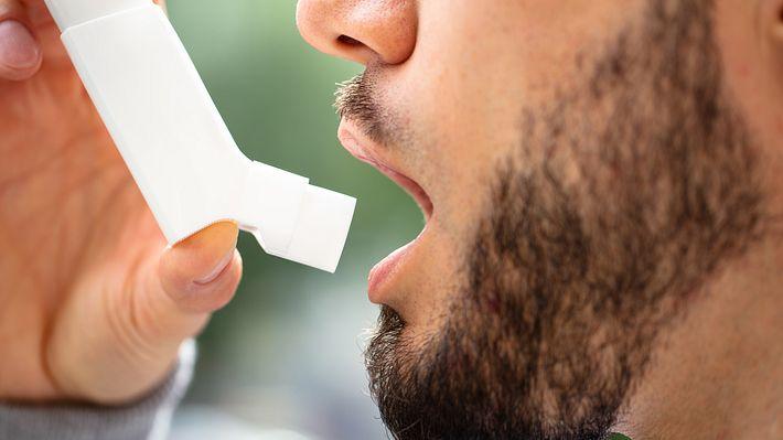 Mann inhaliert Asthmaspray - Foto: iStock / AndreyPopov