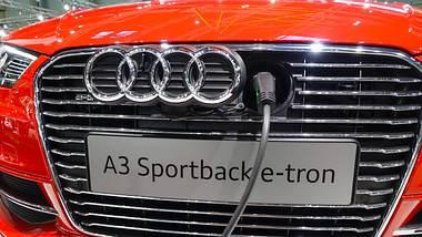 Roter Audi A3 e-tron beim Aufladen - Foto: IMAGO / allOver