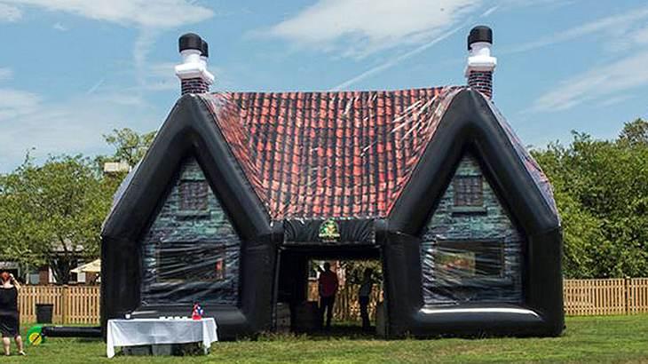 Die Inflatable Pub Company bietet verschiedene Irish Pubs zum Aufblasen an - inklusive Drinks, Speisen und Entertainment