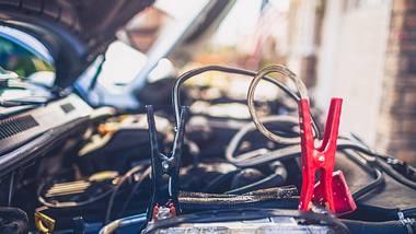 Mit einem Autobatterie-Ladegerät kannst du dein Auto ohne Hilfe überbrücken - Foto: iStock/CatLane