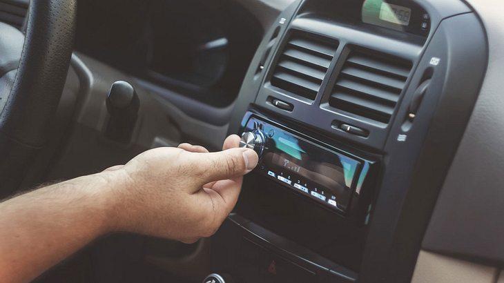 Für Autoradios besteht bald DAB+-Pflicht.