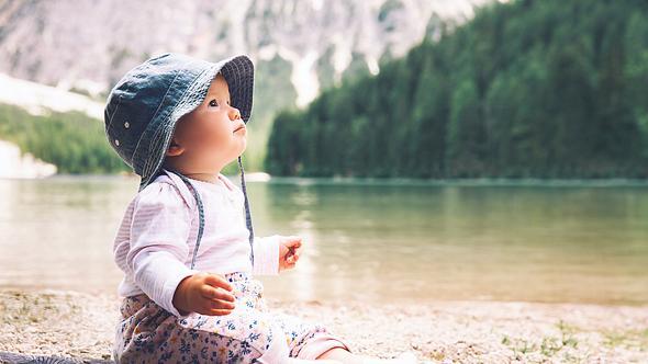Baby in der Natur - Foto: iStock / NataliaDeriabina