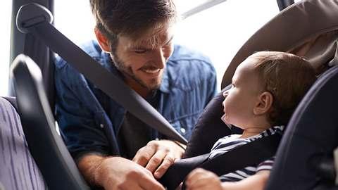 Babyschale Isofix - Foto: iStock / PeopleImages
