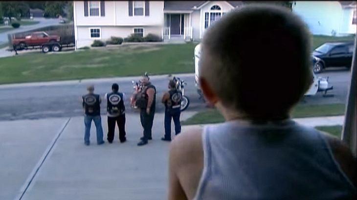Ein Junge wird misshandelt. Der Täter hat nicht mit diesen Rockern gerechnet