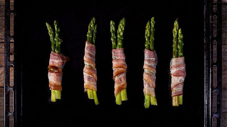 Grüner Spargel mit Bacon aus dem Backofen