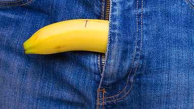 Banane hängt aus Jeans - Foto: iStock / c12
