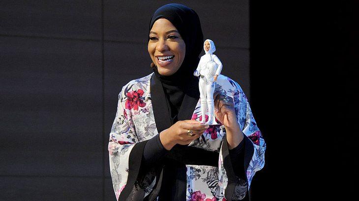 Ibtihaj Muhammad stellt die erste Barbie mit Kopftuch vor