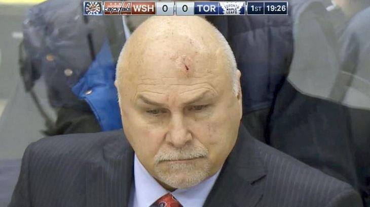 Barry Trotz, der Trainer des NHL-Teams Washington Capitals, wird von einem Puck am Kopf getroffen