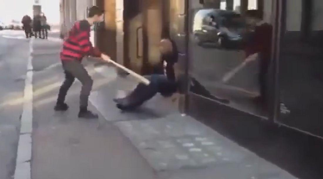 Großer Fehler: Bewaffneter attackiert Security mit Baseballschläger