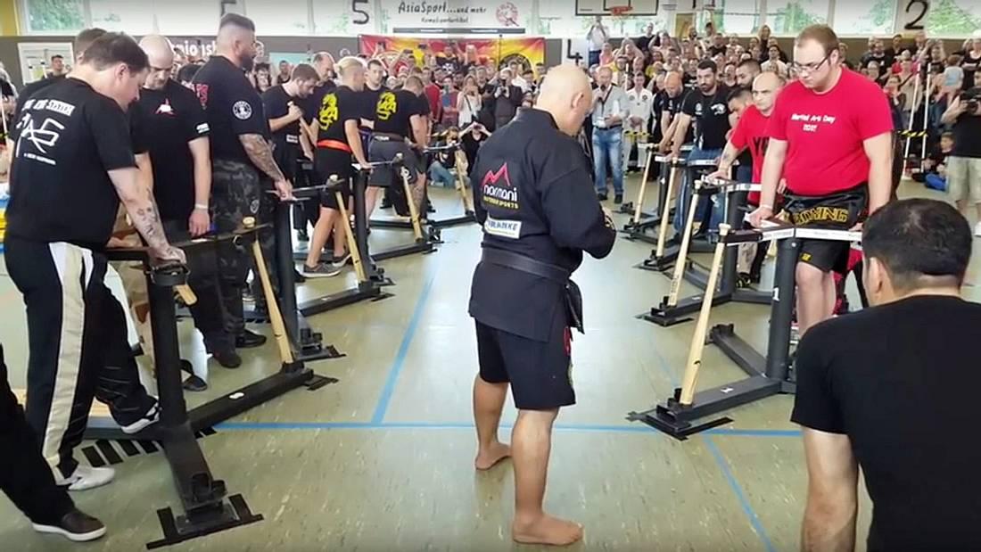 Karate-Meister Kerim Dyugu zertritt 65 Baseballschläger mit dem Schienbein