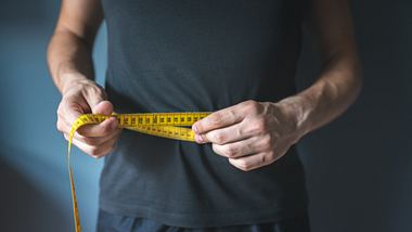 Mann mit Maßband um seinen Bauch - Foto: iStock/Be-Art