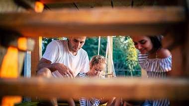 Baumhaus Kinder - Foto: iStock / Nikola Stojadinovic