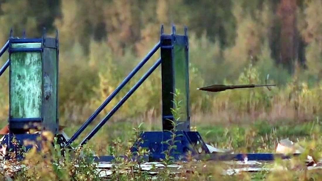 Eine Bazooka wird auf 40 Scheiben Panzerglas abgefeuert