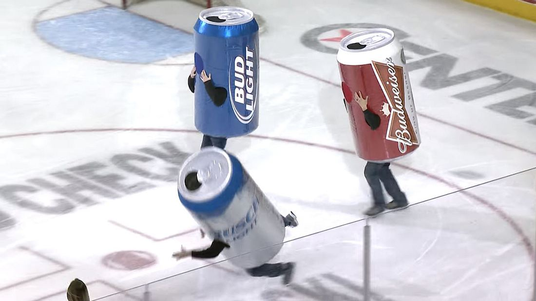 Beer Can Race: Wettrennen in Eishockey-Hallen in Bierdosen-Kostümen