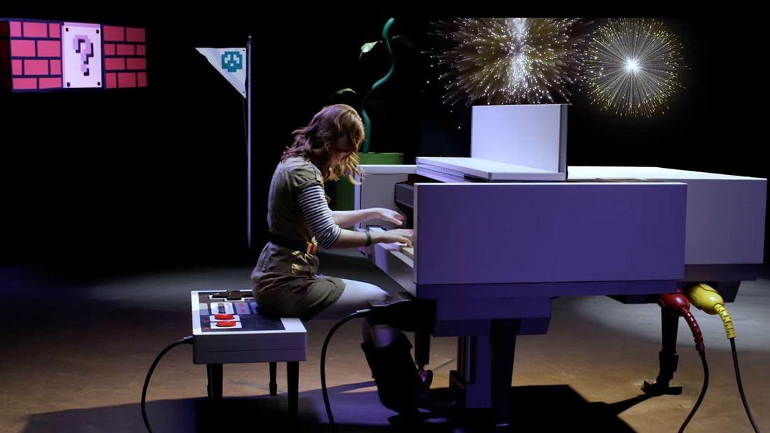 Star-Komponistin Sonya Belousova spielt das Super Mario Bros.-Medley auf einem NES-Klavier