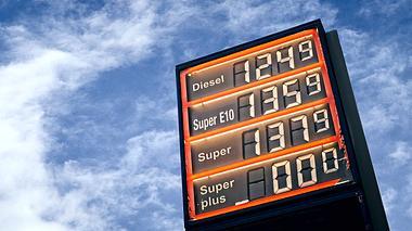 Soll eine drastische Spritpreiserhöhung zum E-Auto zwingen?