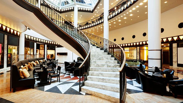 Treppenaufgang eines Luxushotels