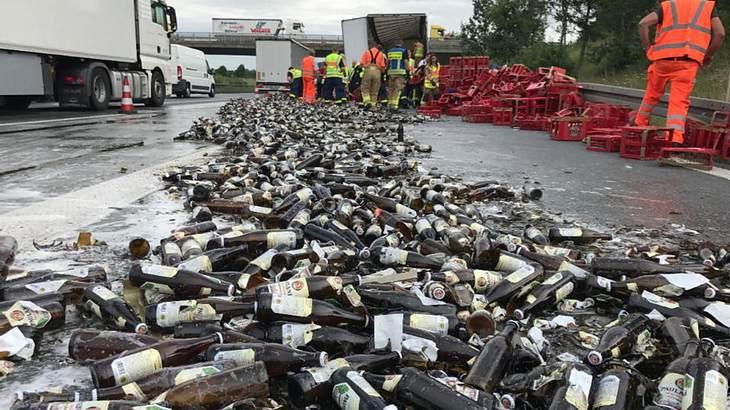 Unfall auf der A9: Ein Bier-Lastwagen hat auf der Autobahn seine Ladung verloren