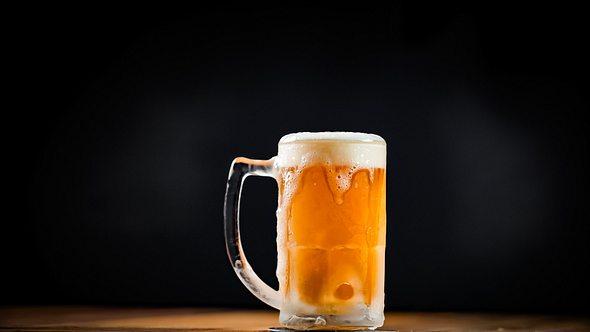 Glas mit Bier - Foto: iStock/Odairson Antonello
